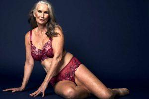 Modele për   të brendshme femrash në moshën 59 vjeçare guximi dhe bukuria e pafund.