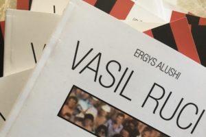 """Del libri kushtuar ish futbollistit të """"Flamurtarit"""" Vasil Ruci."""