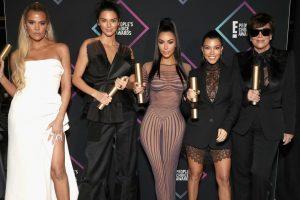 """Nuk të njohim! Motrat Kardashian """"i kundërvihen"""" të dashurit të nënës"""