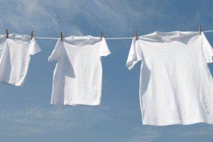 Si të zhdukni nuancën e verdhë nga rrobat e bardha, 5 mënyra të thjeshta