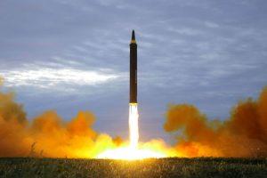 Koreja e Veriut prish ekuilibrin e brishtë, teston dy raketa