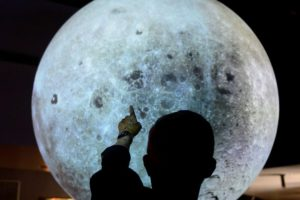 Gjysmë shekulli pas 'shkeljes' nga njeriu, ja kush e ka në pronësi Hënën
