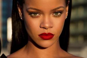 """Rihanna gjen vogëlushen që i ngjan në mënyrë """"të frikshme"""""""