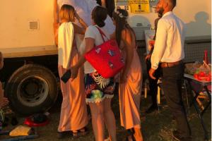 Turistët francezë në Vlorë bëjnë gjestin e veçantë për çiftin fierak që po martoheshin