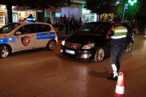 Një femër me 'Toyota Yaris' përplas policin rrugor, i shkakton goditje në kokë