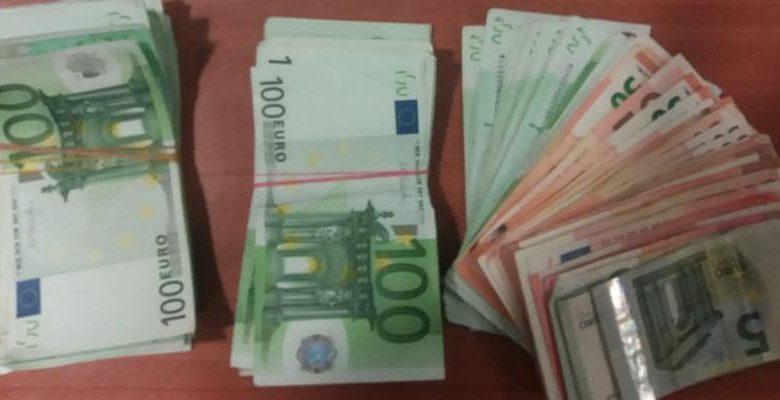 Zgjat fare pak rritja e Euros, monedha 'zhytet' sërish përballë lekut
