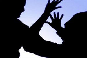Ushtroi dhunë ndaj bashkëshortes dhe vajzës, prangoset 53 vjeçari