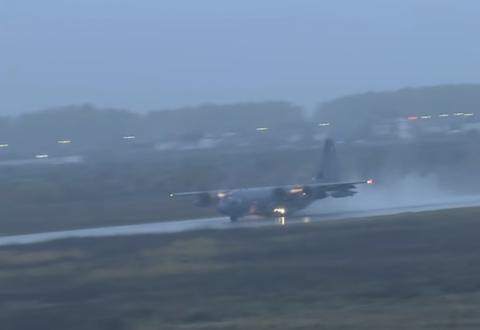 Avionët amerikanë ulen në bazën ajrore të Kuçovës,