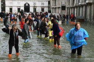 """Çifti i sapomartuar """"rrëmben"""" vëmëndjen e të gjithve, parakalon në Venecian e përmbytur"""