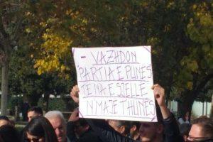 'Vazhdon Partia e Punës, t'na e sjellë n'majë t'hunës', pankartat pikante në protestën e gazetarëve