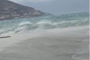 Vijojnë reshjet, rrezik për përmbytje! Në Vlorë pasagjerët zbresin nga trageti pas një manovre të shkëlqyer të kapitenit Ilir Doci, pezullohet lundrimi në Sarandë