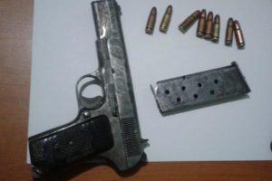 Vjedhin xhiron ditore në lokal, njëri nga autorët del para policisë me 2 armë në brez