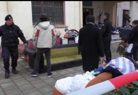 Nxirren nga ish-shtëpia e Oficerëve në Vlorë 8 familje, do të bëhen zyrat e reja të 'Kadastrës! Banorët: Me çfarë të jetojmë?!