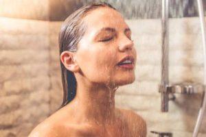 7 përfitime nga dushi i mëngjesit me ujë të ftohtë
