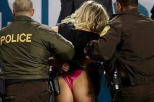 Kërkoi të pushtonte fushën në finalen e SuperBowl-it, arrestohet modelja