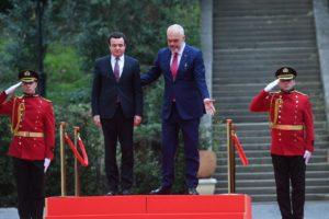 Albin Kurti nis vizitën e parë si kryeministër i Kosovës, pritet me ceremoni nga Rama