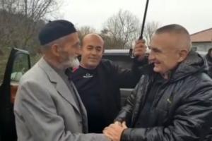 """""""Qeveria do të ketë frikë nga populli"""", Meta paralajmëron nga Shkodra, zbulon mesazhin e të moshuarit që ishte në manifestim"""