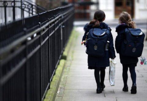 Studimi britanik: Fëmijët kanë gjysmën e shanseve për t'u prekur nga COVID-19 se sa personat mbi 20 vjeç