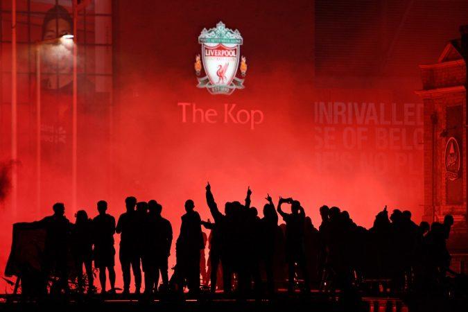 VIDEO/ Natë e çmendur në Liverpool, tifozët shpërfillin Covid-19, festojnë jashtë stadiumit