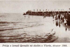 Pllakata e munguar në hyrje të portit të Vlorës për të perkujtuar ngjarjen! 112 vjet më parë.