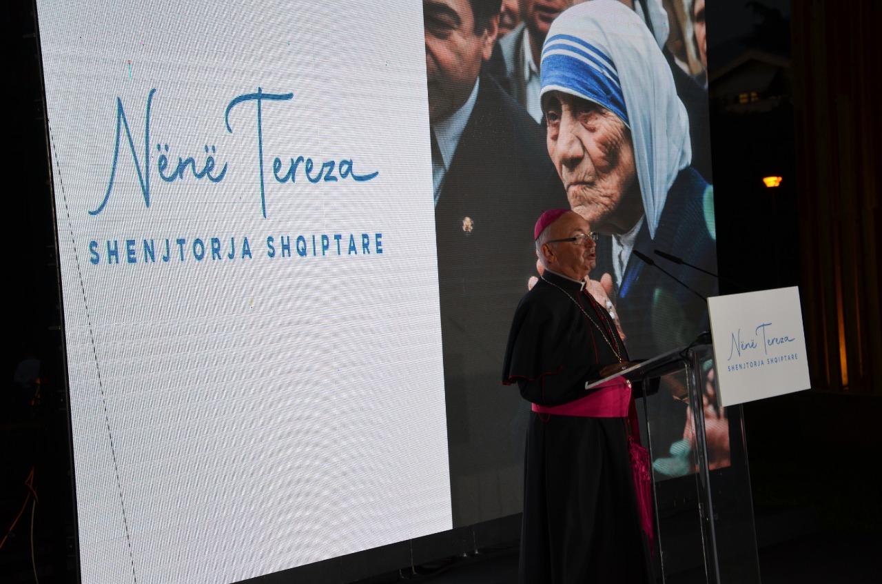 """""""Jam kam dhan besën e shqiptarit Zotit me sjellë dashni e paqe""""! Ekspozohet letra e rrallë e Nënë Terezës në shqip (FOTO)"""