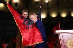 Meta thirrje shqiptarëve: Koha për ta mbrojtur demokracinë është tani
