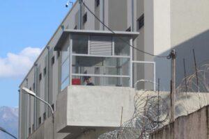 Revolta në burgje/ Hyjnë në grevë urie edhe 150 të burgosur te 313-ta: Ushqimi skandaloz, dhomat me çimka!
