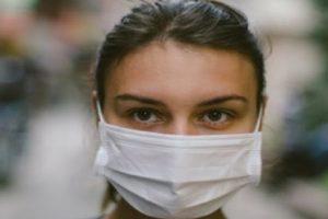 """STUDIMI: """"Maskat bllokojnë 99.9% të spërklave të mëdha të lidhura me Covid-19"""""""