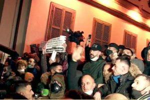 Tensionohet situata tek Ministria e Brendshme, protestuesit përplasen me policët