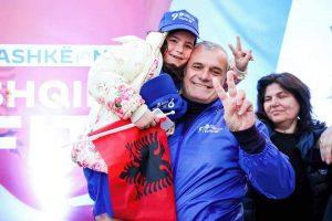 Takimi i organizuar nga Lidhja demokrate e Gruas Dega Vlorë ka mbledhur dhjetra gra, mbështetëse të Partisë Demokratike