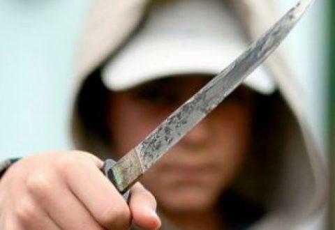 Kanosi me mjet të mprehtë dhe ushtroi dhunë fizike dhe psikologjike ndaj nipit të tij vihet në pranga 59-vjeçari.