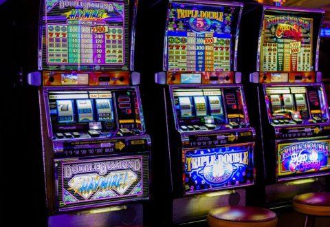 Zhvillonte aktivitetin e lojërave të fatit në lokal, arrestohet 33-vjeçari në Vlorë, sekuestrohen 4 pajisje elektronike dhe 1 tavolinë pokeri
