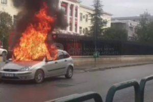 I parkuar në oborrin e shtëpisë, digjet një makinë në Korçë